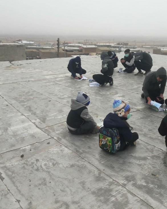 وضعیت نا بسامان اینترنت در شهرستان کبودراهنگ کودکان را به پشت بام مسجد کشاند!
